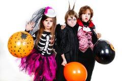 Les frères heureux et deux soeurs Halloween font la fête Photos libres de droits