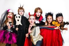 Les frères heureux et deux soeurs Halloween font la fête Image stock