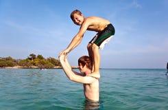 Les frères jouent sauter ensemble du shoulde Photo libre de droits