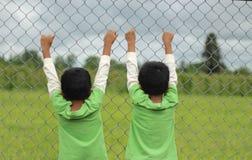 Les frères jumeaux soutiennent la vue Photographie stock
