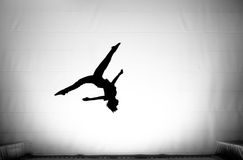 Les fractionnements dans le saut périlleux sur le tremplin Image libre de droits
