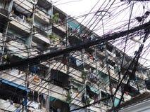 Les frais généraux ont encombré des câbles devant un vieil immeuble photos libres de droits