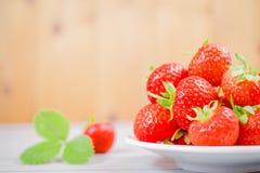 Les fraises dans la cuvette sur la table en bois avec discret et la copie spacen Photos stock