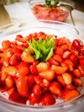 Les fraises dans le bol en verre photos libres de droits
