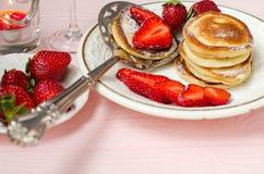 Les fraises et les crêpes fraîches se ferment  Image stock