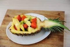 Les fraises, le kiwi et le melon ont servi en ananas Du plat blanc Portion de partie images libres de droits