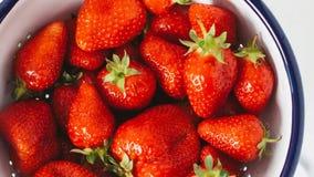 Les fraises rouges ont arrangé l'inclinaison lente de fond savoureux de fruit clips vidéos
