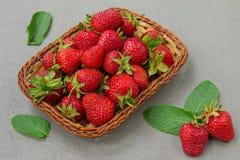 Les fraises sont fra?ches, juteux, savoureux sur un naturel photos stock