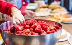 Les fraises surgelées en acier inoxydable roulent en café Photos libres de droits