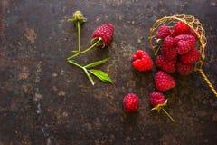 Les framboises fraîches dans le vintage administrent les ingrédients à la cuillère sains de vegan de nourriture de vitamines Foye Photographie stock