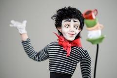 Les Français de sourire en bois de maquillage de brune d'homme de pantomime jouent photographie stock libre de droits