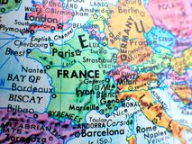 Les Frances concentrent le macro tir sur la carte de globe pour des blogs de voyage, le media social, des bannières de site Web e Image libre de droits