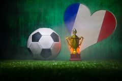 Les Frances diminuent, champion d'or \ 'tasse et ballon de football de s sur l'herbe Sport de concept photo libre de droits