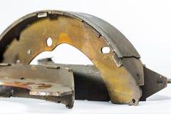 Les freins à tambour, roue arrière de la voiture ont détérioré de l'utilisation Photographie stock libre de droits