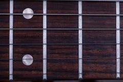 Les frettes du mât d'une guitare électrique photos libres de droits