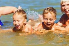 Les frères jumeaux apprennent à nager Photographie stock libre de droits