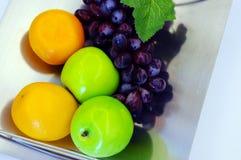 Les fruits dans la plaque en acier Photos stock