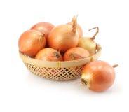 les fruits de panier ont isolé le blanc d'oignon Photo stock