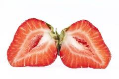Les fruits du rouge ont coupé des fraises d'isolement sur le fond blanc Image stock