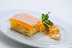 Les fruits durcissent avec la feuille et l'orange en bon état sur le plat blanc, le dessert doux ou le petit déjeuner, gâteau d'a Photos libres de droits