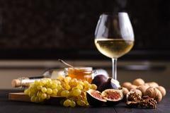 Les fruits entiers frais juteux et un de figue ont coupé les figues et le bol de miel photographie stock