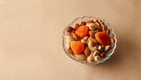 Les fruits et les écrous secs se mélangent dans un bol en verre photo libre de droits