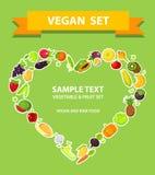 Les fruits et légumes ont placé sous une forme de coeur, fond vert Photos stock