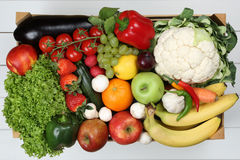 Les fruits et légumes aiment les oranges, pomme dans le grocerie de boîte en bois Photos libres de droits