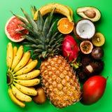 Les fruits exotiques tropicaux ont assorti l'ananas, noix de coco, Pitahaya, Ki Photographie stock