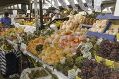 Les fruits frais et les légumes frais dirigent des fermes photos stock