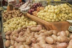 Les fruits frais et les légumes frais dirigent des fermes images libres de droits
