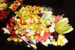 Les fruits frais mélangés - consommation saine - suivent un régime le concept image libre de droits