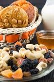Les fruits Nuts et secs mélangent et ont fait des biscuits cuire au four de beurre d'arachide Image stock