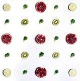 Les fruits ont arrangé symétriquement images stock