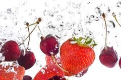 les fruits se sont mélangés sous l'eau Photo libre de droits