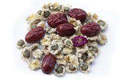 Les fruits secs de jujube, les dates chinoises et la camomille chinoise fleurit photographie stock
