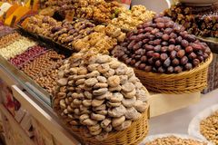 Les fruits secs, la douceur, les épices et les thés se vendent sur le marché égyptien à Istanbul, Turquie image stock