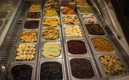 Les fruits secs ont maintenu sur le plateau en acier pour se vendre dans le mail de Dubaï image libre de droits