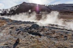 Les fumerolles produisent les vapeurs chaudes de soufre dans un secteur géothermique Image stock