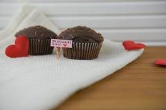 Les gâteaux délicieux pour le jour de mères avec le coeur d'amour forment des décorations Image stock