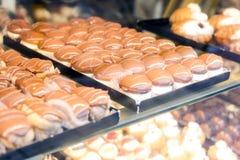 Les gâteaux de chocolat dans la rue font du lèche-vitrines Images stock