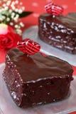 Les gâteaux de chocolat en forme de coeur et se sont levés Photos stock