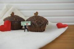 Les gâteaux de chocolat faits maison pour le jour de mères avec le coeur d'amour forme Image stock