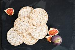 Les gâteaux de riz, les figues et le fromage de ricotta sont prêts pour le Sn sain Image libre de droits
