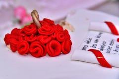 Les gâteaux doux sous forme de roses rouges décorent le gâteau de mariage avec des brindilles plus décoratives de la crème blanch Photo stock