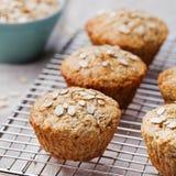 Les gâteaux sains de petits pains, de pomme et de banane d'avoine de vegan sur un refroidissement étirent le fond gris de textile Photographie stock libre de droits
