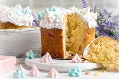 Les gâteaux savoureux d'arbre se trouvent d'un plat rond sur un en bois blanc foncé merci Photos stock