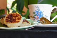 Les gâteaux traditionnels ont servi avec une tasse de café photo stock