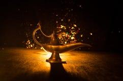 Les génies antiques de mille et une nuits d'Aladdin dénomment la lampe à pétrole avec de la fumée blanche de lumière molle, fond  Photo libre de droits