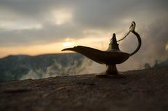 Les génies artisanaux antiques de nuits d'Aladdin Arabian dénomment la lampe à pétrole avec de la fumée de blanc de lumière molle Photos stock